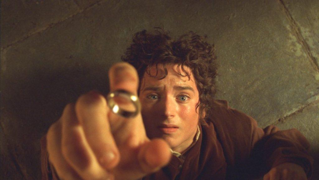 """Frodo ipróbka jego mimiki, """"Władca Pierścieni: Drużyna Pierścienia"""", reż. Peter Jackson, 2001."""