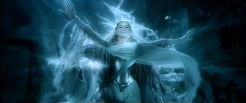 """Cokolwiek mroczna Cate Blanchett wtrudnym dla Galadrieli momencie, """"Władca Pierścieni. Drużyna Pierścienia"""", reż. Peter Jackson, 2001."""