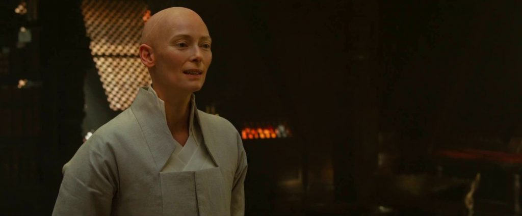 "Tilda Swinton wfilmie ""Doctor Strange"", reż. Scott Derrickson, 2016."