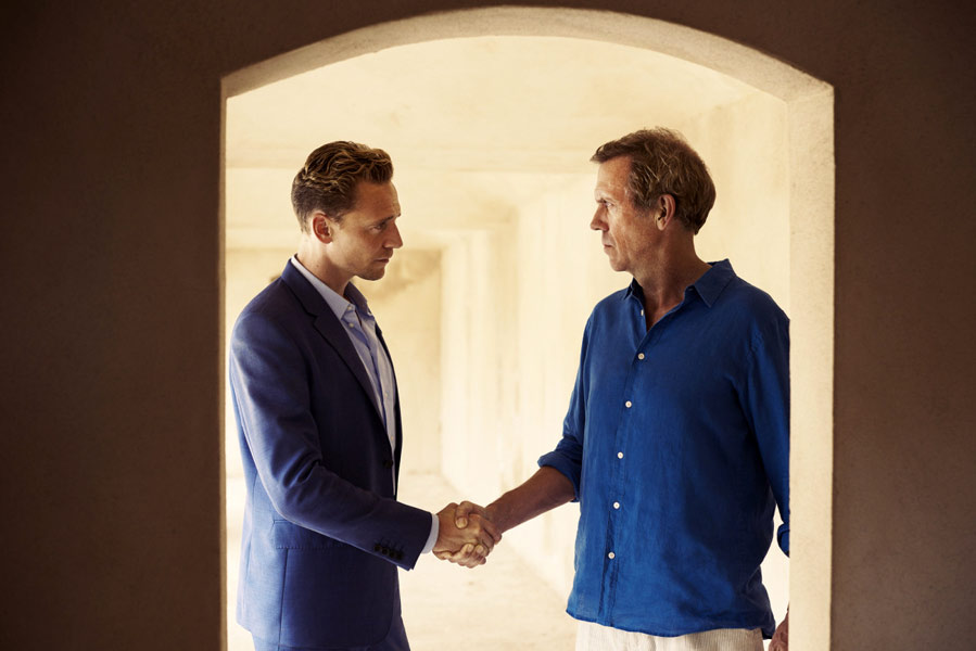 """Tom Hiddleston iHugh Lurie wserialu """"Nocny recepcjonista"""", reż. Susanne Bier, 2016."""