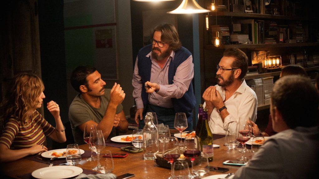 """Kadr zfilmu """"Dobrze się kłamie wmiłym towarzystwie"""", reż. Paolo Genovese, 2016."""