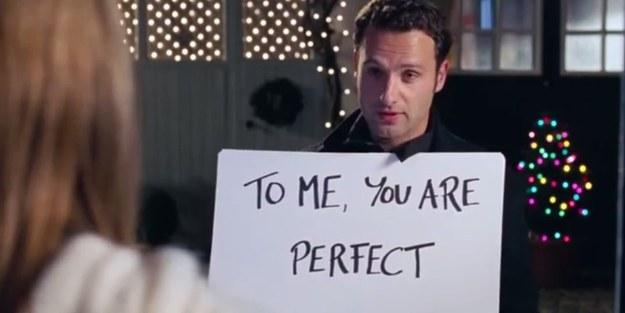 "Stalkingowa scena zfilmu ""Love Actually"", reż. R. Curtis, 2003."