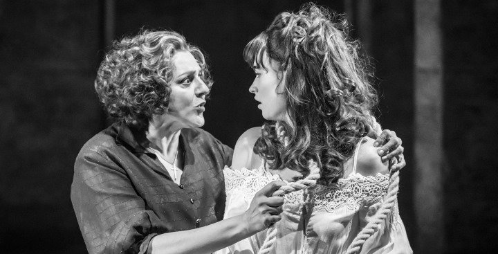 """Fantastyczna niania wspektaklu """"Romeo iJulia"""", reż. K. Branagh iR. Ashford, 2016."""