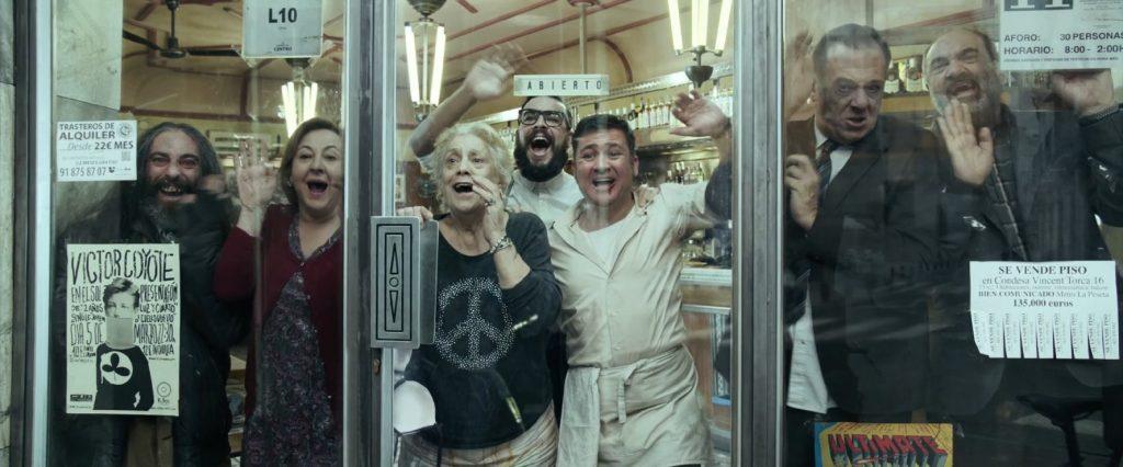 Kadr zfilmu <em>El bar</em>, reż. Álex de la Inglesia, 2017.