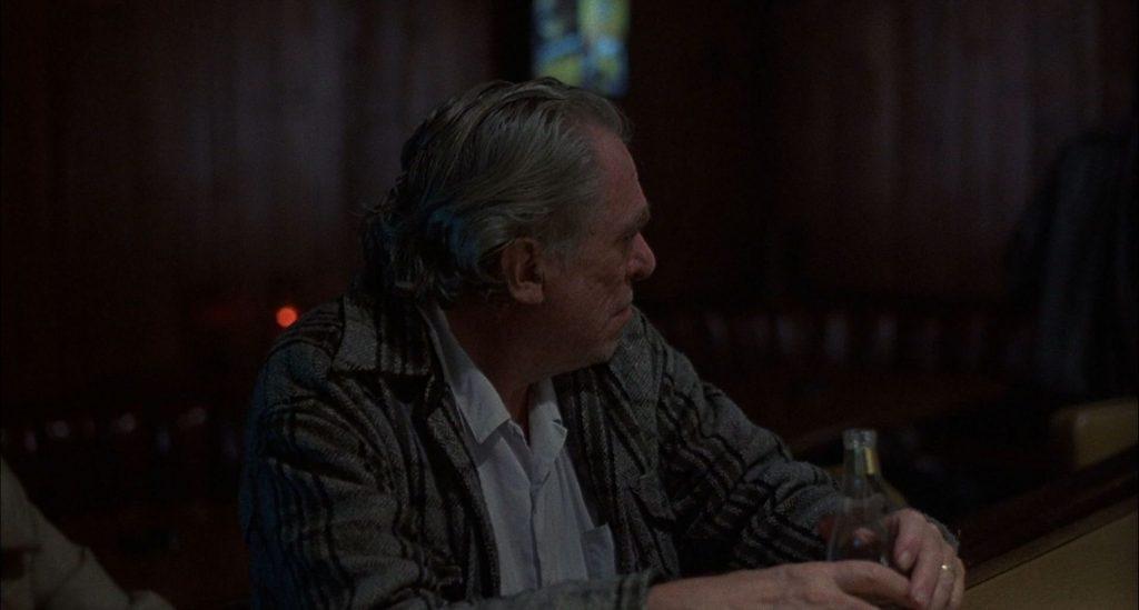 Charles Bukowski wfilmie <em>Ćma barowa</em>, reż. Barbet Schroeder, 1987.