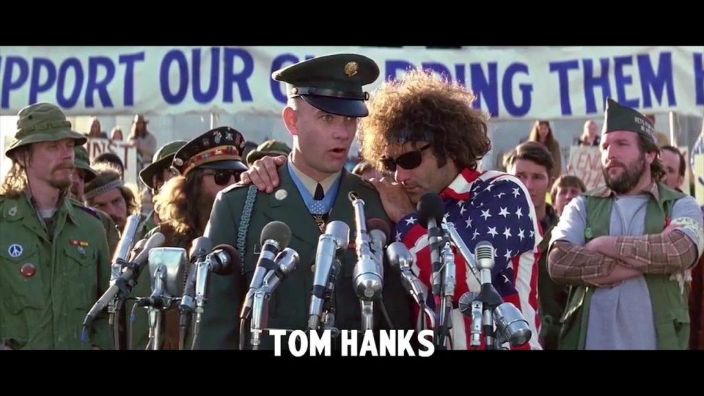 Jeden zbardziej pozytywnych przykładów –Tom Hanks jako Forrest Gump. Kadr zfilmu <em>Diffability Hollywood</em>, 2016.