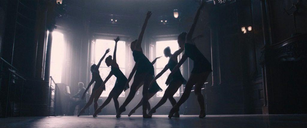 Czarna Wdowa: baleriny wRed Roomie. Kadr zfilmu Avengers: Czas Ultrona, reż. Joss Whedon, 2015.