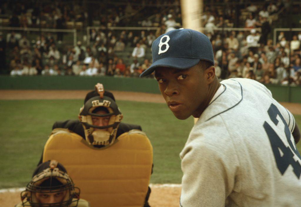 Chadwick Boseman jako Jackie Robinson wfilmie 42 – prawdziwa historia amerykańskiej legendy, 2013.