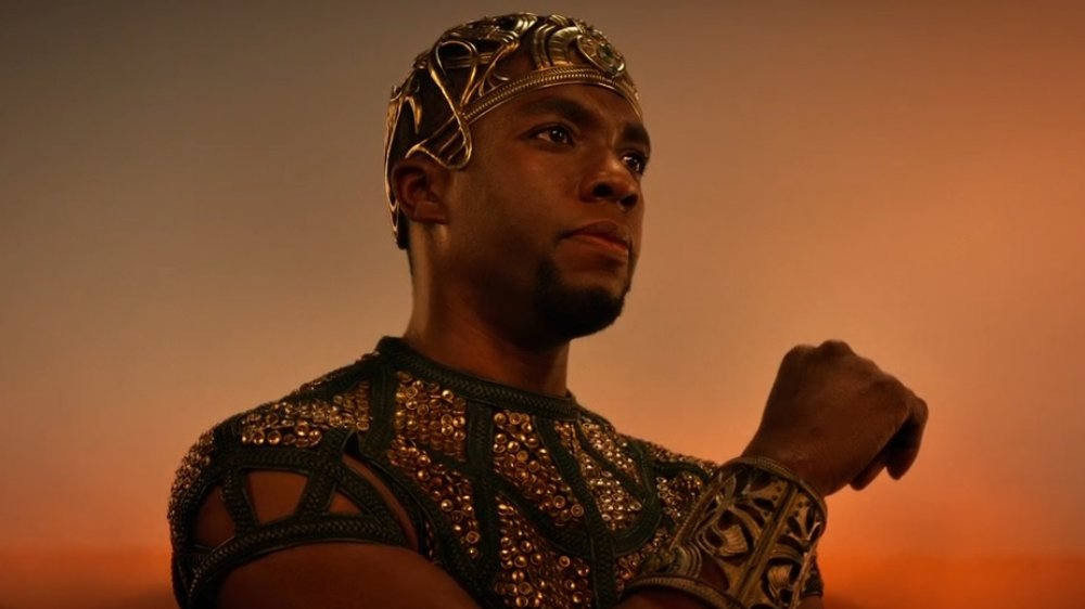 Chadwick Boseman jako egipski bóg mądrości wfilmie <em>Bogowie Egiptu</em>, reż. Alex Proyas, 2016.