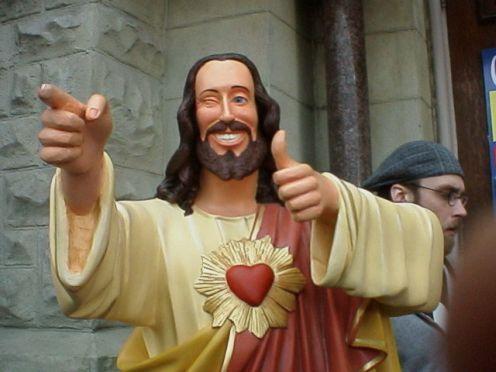 Jeśli zastanawialiście się, skąd się wziął memowy Buddy Christ, towłaśnie ztego filmu. Kadr zfilmu <em>Dogma</em>, reż. Kevin Smith, 1999.