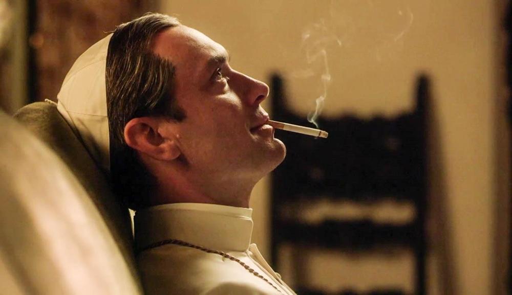 Jude Law wserialu <em>Młody papież</em>, reż. Paolo Sorrentino, 2016.