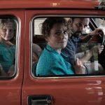 Czteroosobowa rodzina w Fiacie 126p – Kadr z filmu Zupa nic, reż. Kinga Dębska, 2021.