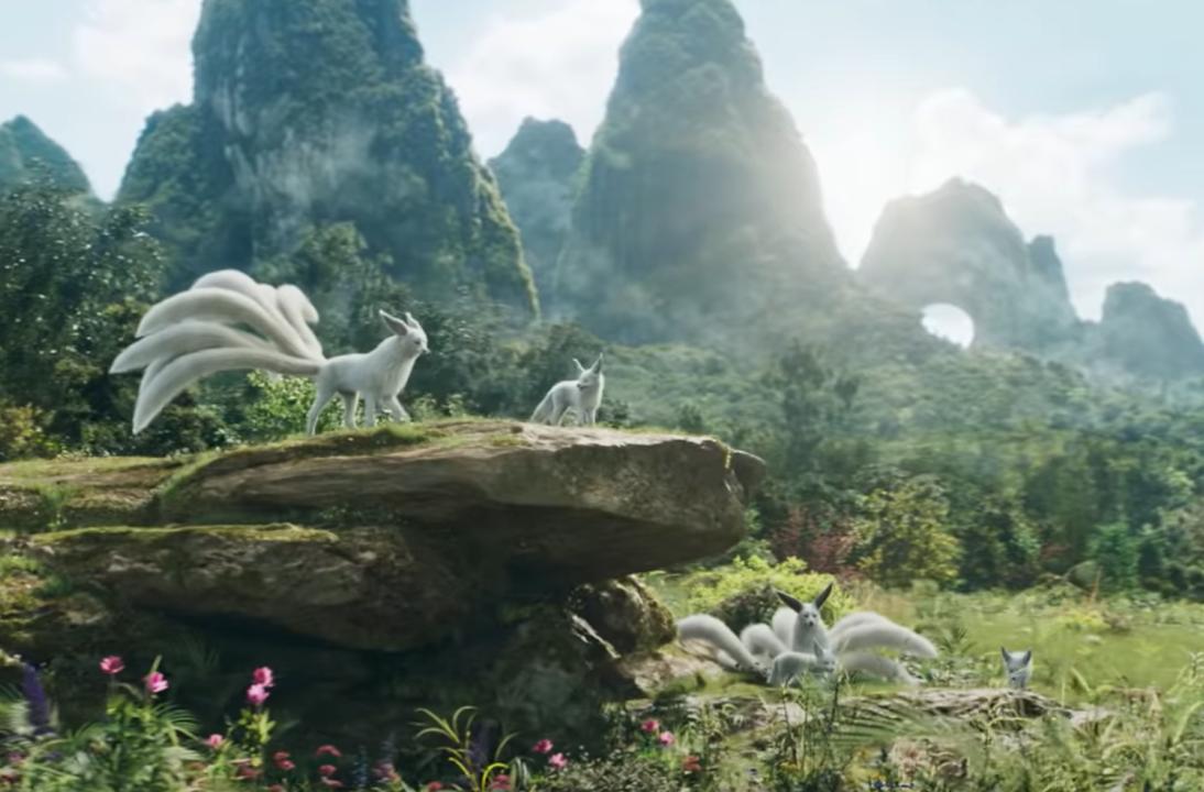 Kitsune - biały lis zkilkoma ogonami. Kadr zfilmu <em>Shang-Chi iLegenda Dziesięciu Pierścieni</em>, reż. Destin Daniel Cretton, 2021.